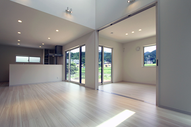 リビングに接する洋室は建具を壁に引き込むことによって大空間として利用できる様配慮しまた。