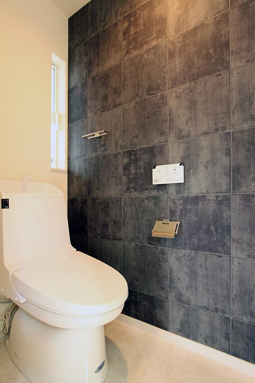 トイレの壁紙までこだわり抜いたお洒落な空間です。