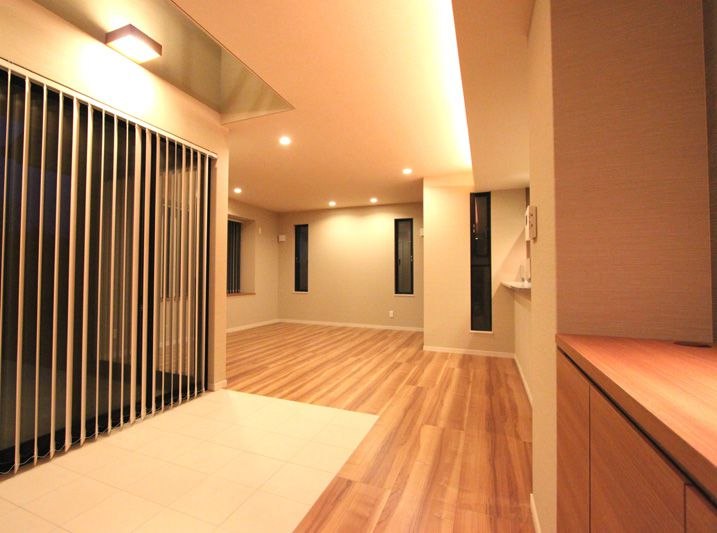開放感のあるリビング、天井の間接照明がお洒落な雰囲気を演出しています。