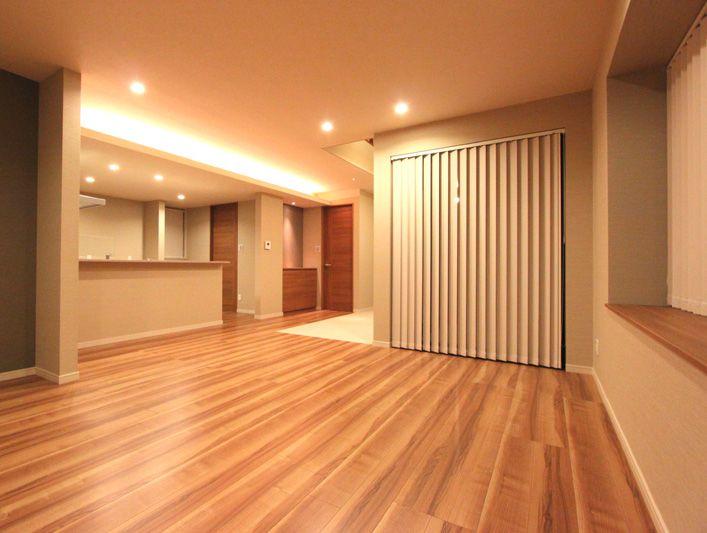 リビングの床にはパティオに続く白いタイル貼り。 ワンちゃんたちの専用スペースです。