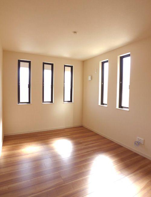 明るく開放感のある洋室