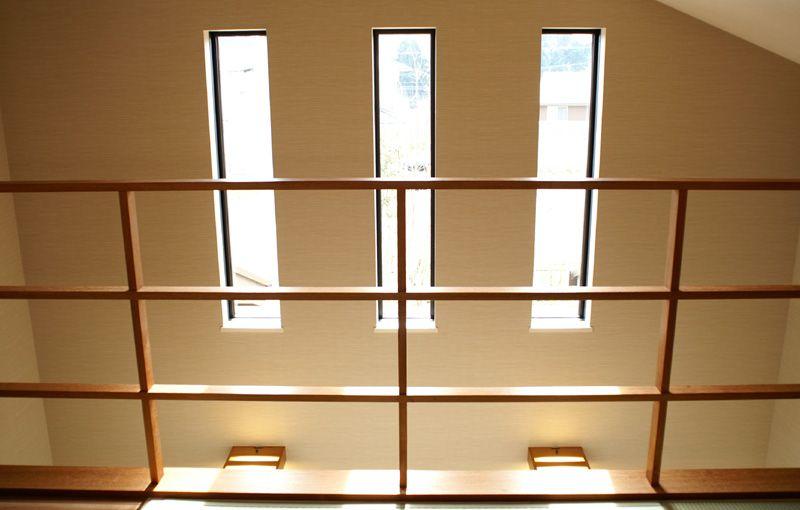 2階の和室からリビング上部を望む。