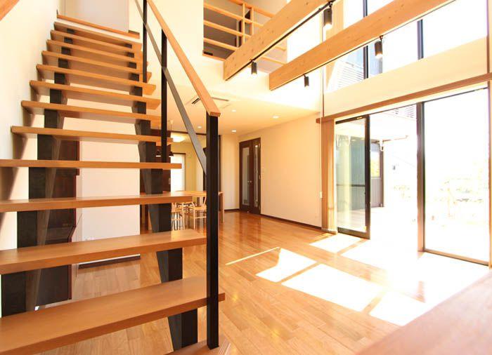 スケルトンの階段がリビングの空間デザインを 引き立てています。