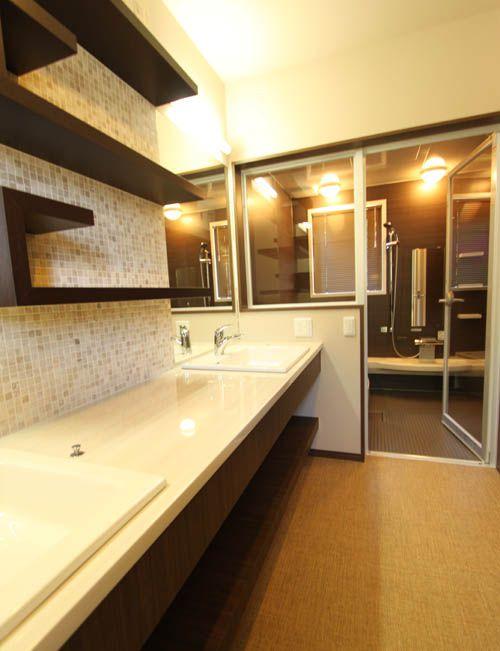 ホテル並みの豪華な洗面化粧台。ゆったりと 気持ちよく朝の洗面を楽しめます。