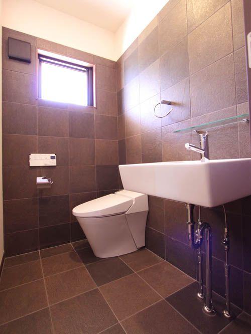 広々としたタイル貼りの落ち着きあるトイレ。
