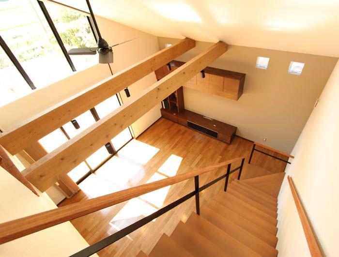 2階からリビングを望む。