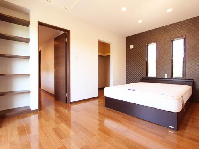 本棚やウォークインクローゼットのある主寝室。