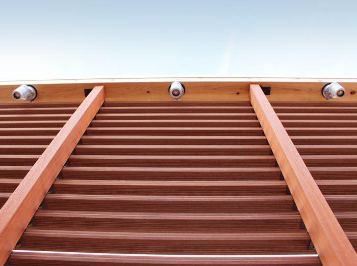 バルコニーのアクセントルーバーは照明でバリ風の 空間を演出します。