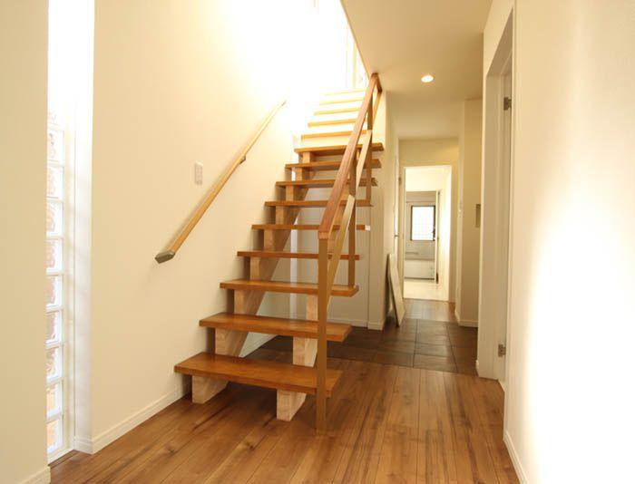 ホールを広く見せるスケルトンの階段。