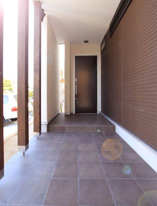 回廊のように柱を配置した奥行きのある玄関アプローチ。