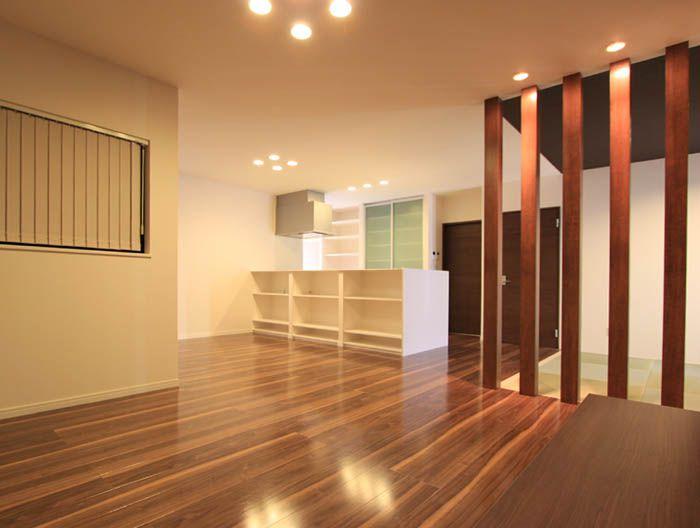 タタミスペースの壁を化粧柱の連続とすることによって開放感を増したリビングダイニング。