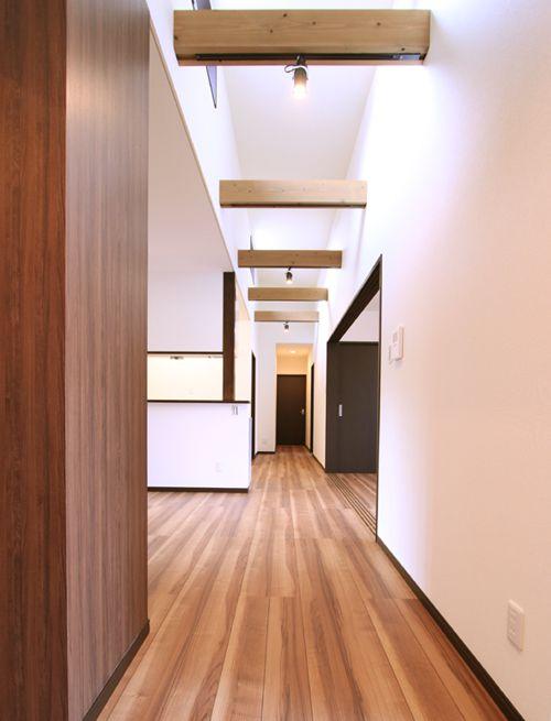 上部の採光窓から優しい陽射しが入り込む 明るい廊下