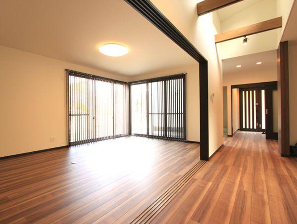引戸を全開すると廊下と一体化する広々リビング