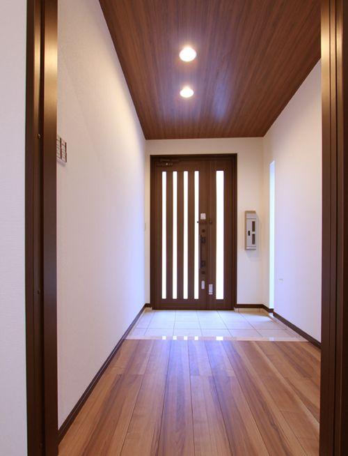 しっとりと落ち着きのある廊下と玄関