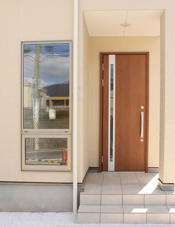 玉砂利を敷き詰めた玄関アプローチ