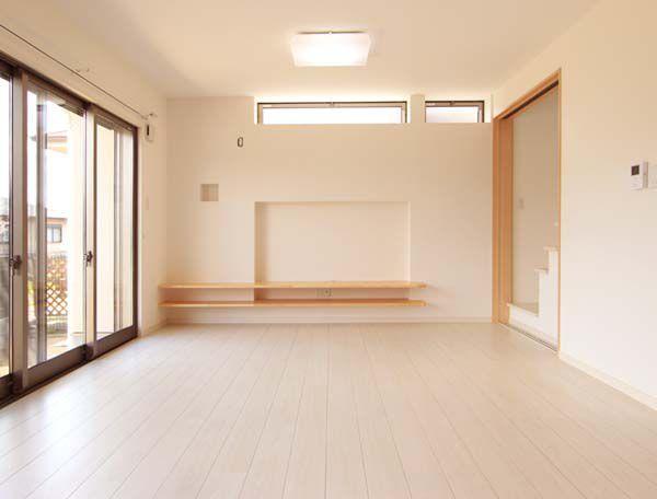 モダンテイストの明るいリビングルーム