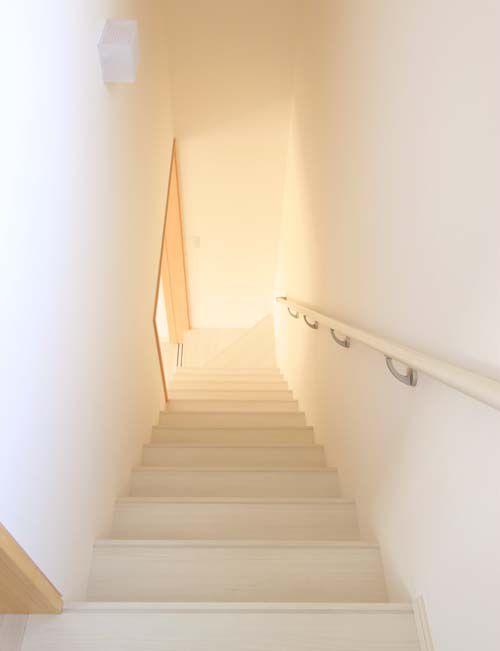 アイボリーを基調とした明るい階段室