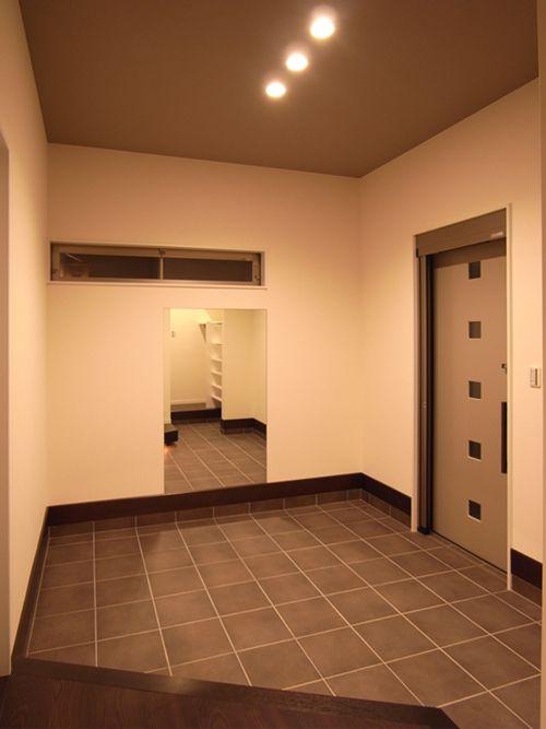 広い空間の玄関ホール。玄関としてだけでなく、テニスのトレーニングルームとしても機能します。また素振りをしながらテレビも見れるように工夫しました。
