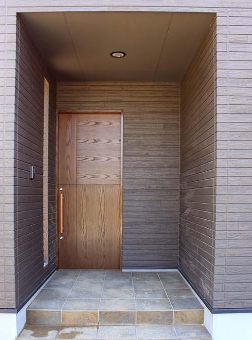 オーダーメイドの木製玄関引き戸でシックに・・・。