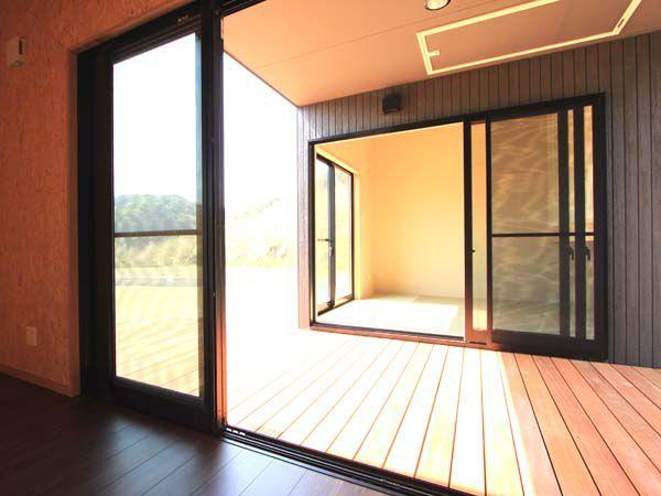 リビングルームからはなれの和室を望む。