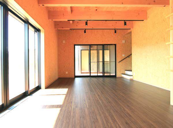 特徴ある壁仕上げで明るいリビングルーム
