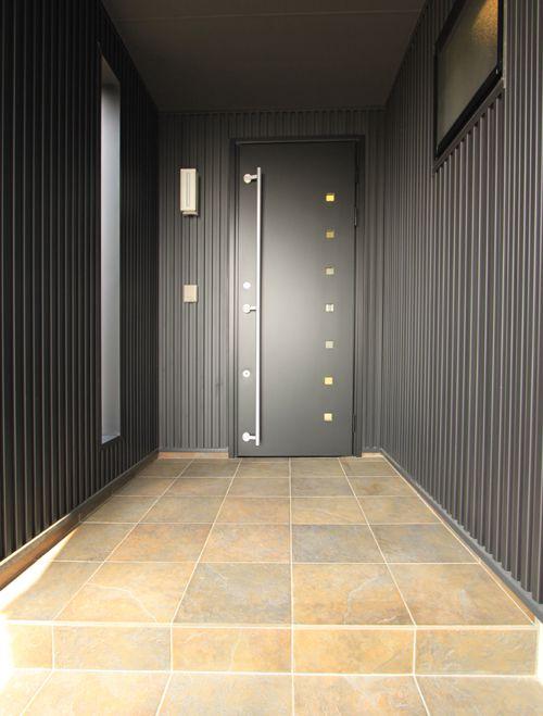 黒色でコーディネートしたシックな玄関アプローチ