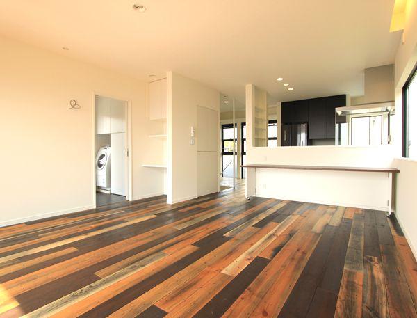 特徴のある床板デザインで高級感を演出したリビング
