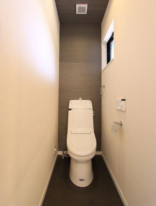 白と黒のコントラストが美しいトイレ