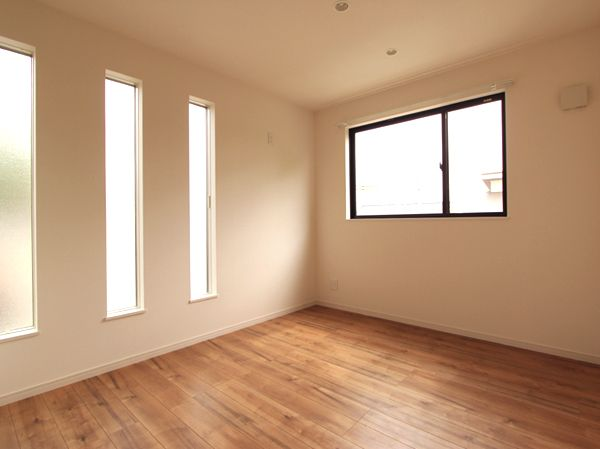 スリット窓がお洒落で明るい子ども部屋