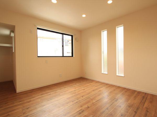 スリット窓で風の「抜け」と採光を考慮した主寝室
