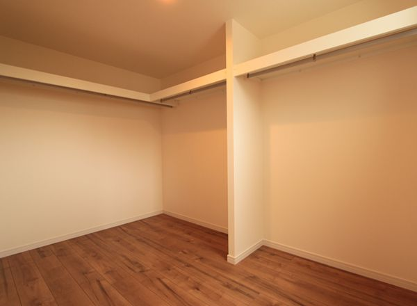 主寝室の大型ウォークインクローゼット