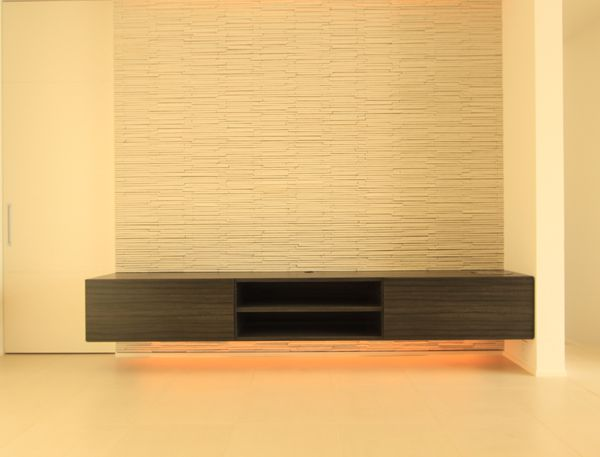 間接照明を組み込んだ造り付けのテレビ台