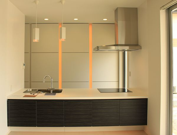 お洒落な照明を組み込んだキッチンの食器棚。