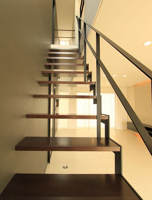 フラットバーで仕上げたデザイン性の高いスケルトンの階段