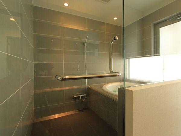 ガラスで仕切られた明るいバスルーム