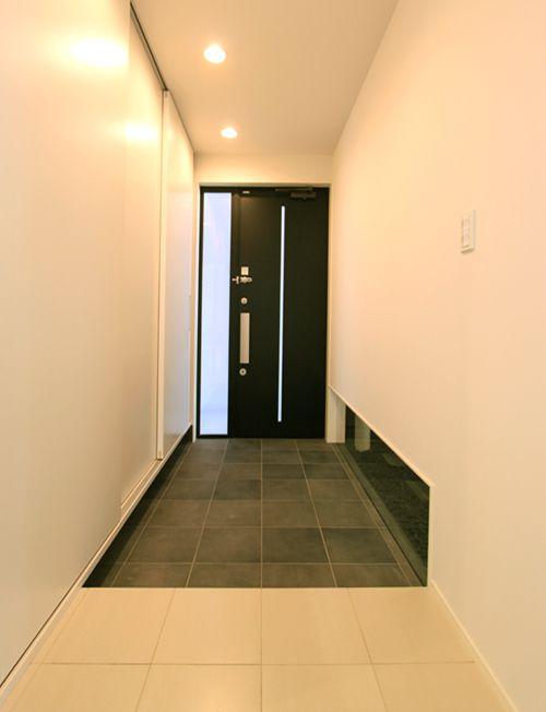 アイボリーを基調としたモダンな雰囲気の玄関。
