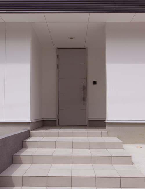 シンプルなデザインの玄関