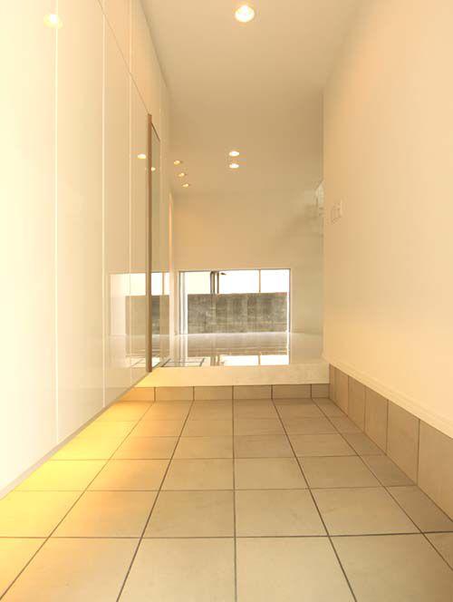 十分な採光を確保した明るい玄関ホール