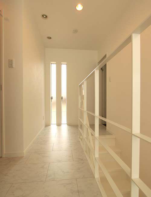 フラットバーの手摺がお洒落な2階廊下スペース