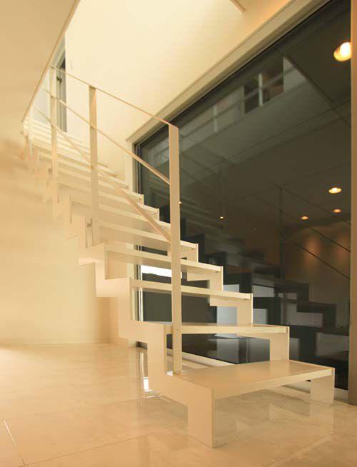 愛車をいつも眺めることができる車庫と連続したストリップ階段