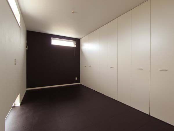 壁面全面を収納とした洋室