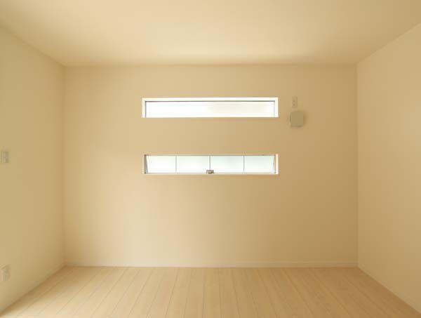 横スリット窓がお洒落な明るい洋室