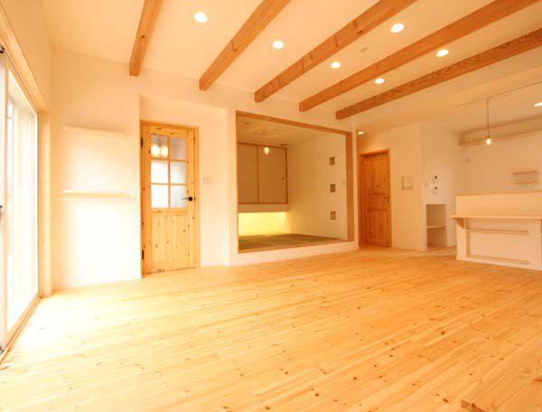 床材、ドア、天井の化粧梁など、プロヴァンス・スタイルを演出