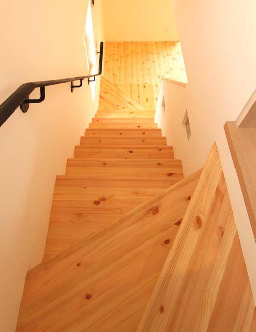リビングから昇る階段にも無垢材を使用