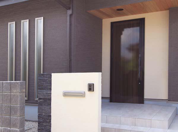 玄関のデザインを引き立たせるお洒落な縦スリットのサッシ