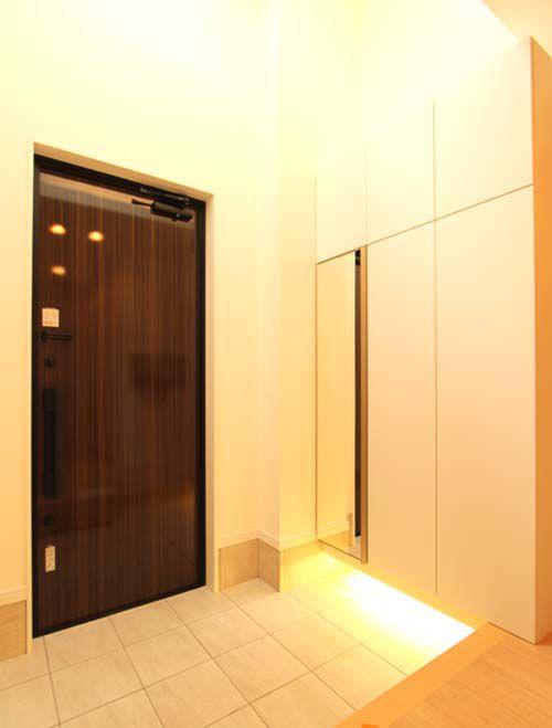 アイボリー色を基調としたシンプルなデザインの玄関