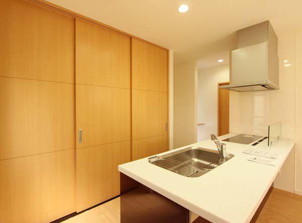 キッチンには収納力抜群の壁面収納を配置