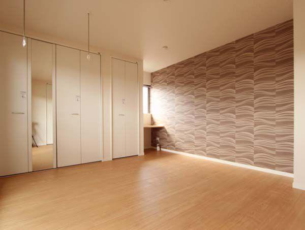 ミニカウンターや室内物干しを配した主寝室