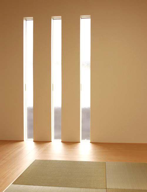 ほのかに優しい光を採り込むスリット窓