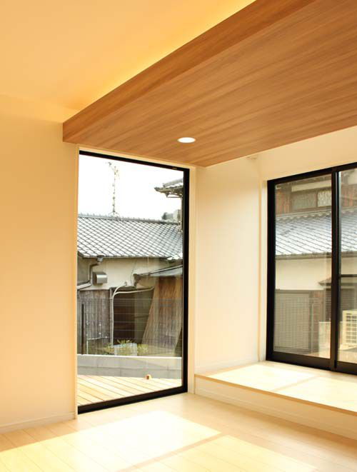 ワイドなFIX窓がリビングの開放感をさらに際立たせています
